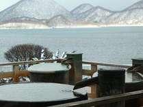 冬景色の洞爺湖を臨む絶景の露天風呂