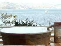 冬景色の洞爺湖を眺められる露天風呂