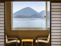 洞爺湖側のお部屋で湖を眺めながら、ごゆっくり至福のお時間をお過ごしください