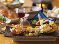 【お部屋食】季節によって変わるお造りなど、旬の味覚をお楽しみください。