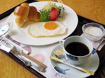 【軽朝食】パン、サラダ、目玉焼き、ヨーグルト、コーヒーととても軽めの朝食です。