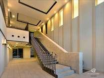 洗練された造形の1階エントランス・・・♪こちらより2階フロントへお越しください。