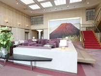 赤富士が皆様をお出迎え。「赤富士」(横山 操 作)