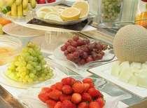 1F【嵯峨野】朝のフルーツは体と脳の目覚めに最適!朝食バイキングより(一例)