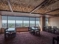 17F 日本料理「桃山」ホール席からは、緑豊かな西区の景観から明石海峡大橋までご覧いただけます。