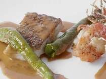 鉄板焼「五條坂」のシーフードコース。鮮魚の鉄板焼(一例)