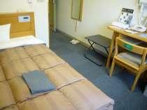 シングルルームはセミダブルのベッドでおくつろぎください★