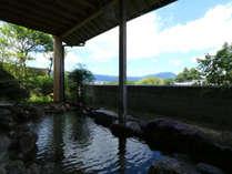 【男湯露天風呂】天気が良い日は阿蘇の山々を見渡すことができます。