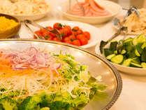 【朝食】翌朝は新鮮な野菜を使った【約30種類の和洋朝食バイキング】をご用意致します。栄養バランスも◎♪