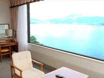 パノラマウィンドウで湖が一望できる湖側(4階)のお部屋です。
