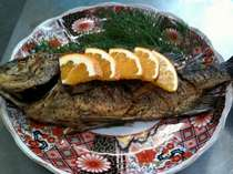 若旦那自慢の大皿料理、黒鯛の香草焼