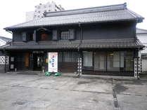 中町蔵シック館。昔の造り酒屋を移築したもの。中は骨董市などの催し物に使われます。