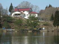 ペンションは池を見下ろすように佇んでいます。