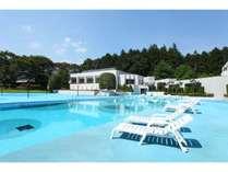 7月、8月は屋外プールもオープン。夜はBBQも楽しめる