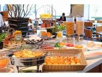 レストランでの朝食ブッフェは100品目以上。健康に留意したヘルシーオプションも加えました