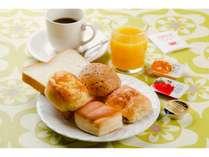 3Fテラスにて無料朝食を7:00~9:30までお出ししています。お部屋に持ち込みもできます。