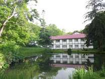*客室からは庭園が眺められ心が和む。閑静な宿でゆったり