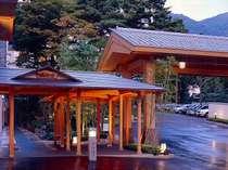 【玄関周辺】みのやの奥には弥彦神社の末社「火宮神社」があります。
