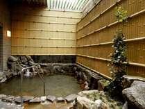 新館 源泉掛け流し露天風呂「銀泉」静かで落ち着きのある露天風呂です。心ゆくまでお寛ぎください。