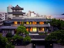 日本庭園と2階建て建屋を含む、一棟まるごと貸切利用いただける宿泊施設です。