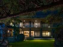 夜は庭園をライトアップ、リビングやガーデンチェア、ライブラリーなどお好きな空間でお楽しみ下さい。