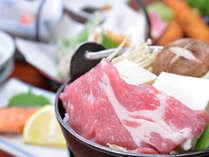 *お夕食一例/地元のものを使用した、お肉と野菜のお鍋をご堪能ください。