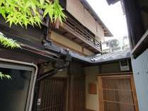 祇園の奥まった路地にある正当な京町家。