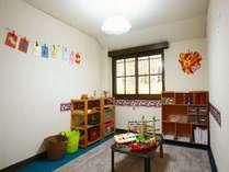 木のおもちゃを中心に揃え、お子様の大好きな塗り絵や折り紙も出来る「あそびの部屋」