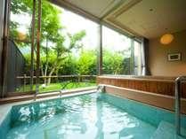 ~特別和室の内湯~大きな窓から光が差し込み、まるで露天のような開放感♪