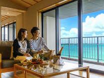 窓の外に煌めく恩納ブルー。海を眺めながらゆっくりと過ごせるリゾート旅館。