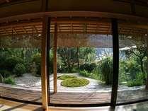 【お部屋より】 *広々とした窓から覗く開放的な日本庭園。眺めていると自分と向き合える庭です。
