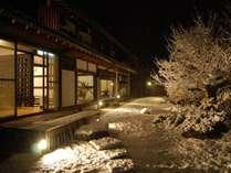 母家北側の外観です。日本庭園が広がり冬にはきれいに雪化粧します。