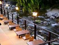 川床では天城の清流を眺めながら、贅沢な時間を。川からの距離0mの風情は大人だけの特別な空間。