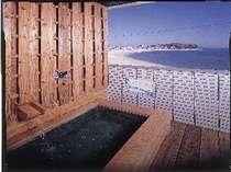 海一望の客室露天風呂。4種の温泉鉱石で体ポカポカ。テラス床も畳敷き♪