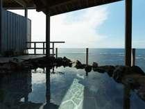 海の沿岸から一望できる大浴場