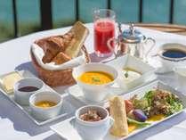 葉山の絶景を見ながら、バルコニーでの朝食を