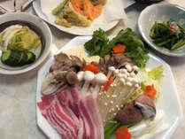 *お夕食一例。レストランで仲間とつつく鍋が美味しい!