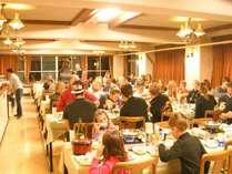 *【食堂】海外からのお客様も多く、まるで海外旅行に来た気分。にぎやかな食堂でお食事をお楽しみ下さい。