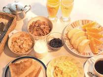 ご朝食一例(トースト、ジャム、シリアル、ジュース、コーヒー、紅茶、スクランブルエッグなど)