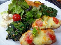 *【夕食一例】地元で採れたお野菜などを使った夕食の一皿。お酒にも合う味付けです。