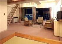 【別館・メゾネット】中2階にシングルベッド2台+4.5畳。お布団を2組ご用意して定員は4名。