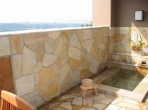 【本館・露天風呂付き客室】2階 岩風呂です。(温泉ではございません)