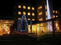 【本館・外観】☆本館イルミネーション1月末までの予定 サンタさんもお迎えしてます☆