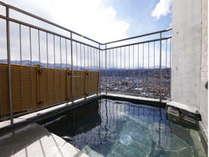 【大浴場・露天風呂】遠くの山々までよく見えます。