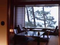 低中層階の和室は松越しに海をご覧いただけます。