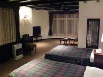 リビングルームとベッドルームを備えたゆったりくつろげるスィートルーム
