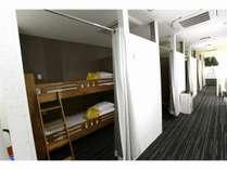 2階ファミリールーム2段ベッド式で男女とも宿泊可能です。