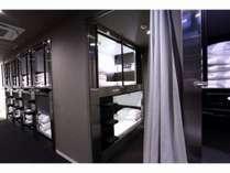 カプセルツインベッド上下1組と前室が付いたお部屋です。