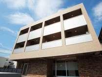 2017年11月新築で3階建て。スタイリッシュな外観になっています。