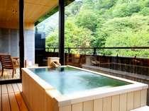 【ジャパニーズスイート】お部屋で温泉を楽しめるよう、白銀の湯を引いた専用半露天風呂付